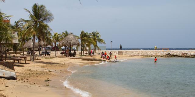 Economieën Curaçao en Sint-Maarten krimpen zo'n 20 procent door pandemie