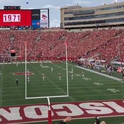 Voetbalfans studententeam Wisconsin zingen John Denver