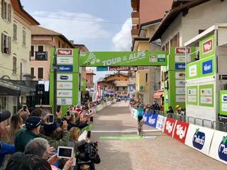 28-jarige Spanjaard komt solo over de finish in Folgaria