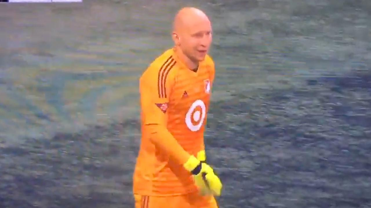 Commentator interviewt keeper tijdens MLS All-Star Game