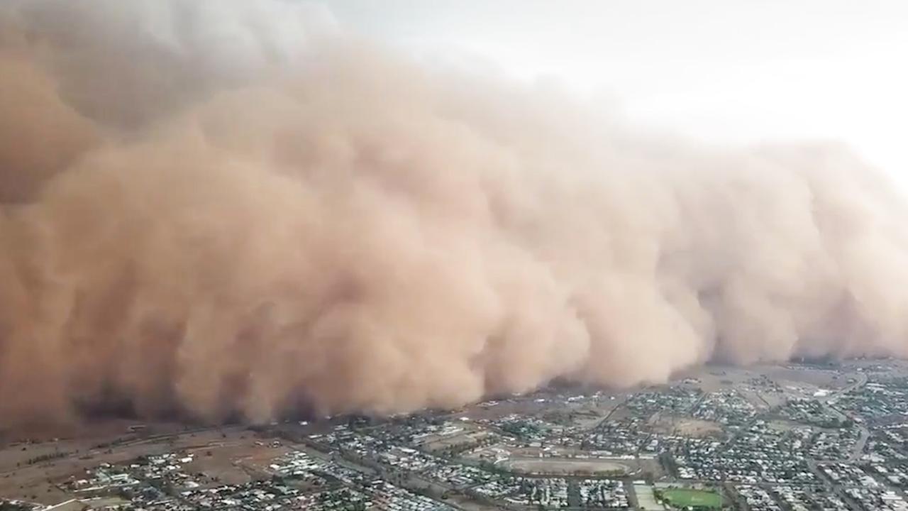 Drone toont hoe enorme stofstorm over Australische stad trekt