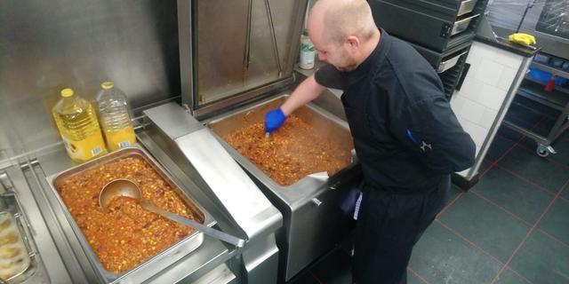Gronings restaurant bereidt verse maaltijden voor voedselbank