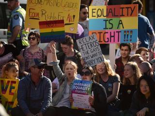 Volksraadpleging brengt grootste homomars ooit in het land op de been