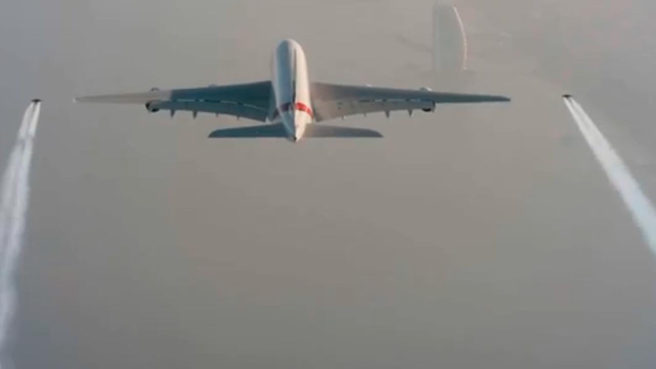Mannen met jetpack vliegen naast vliegtuig