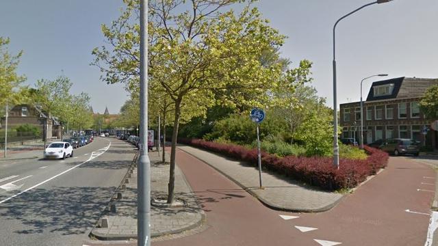 Auto slaat over de kop bij kruising Schoterweg en Soendaplein