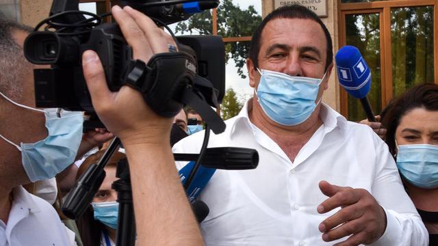 Armenië arresteert 'rijkste' oppositieleider om mogelijk kopen van stemmen