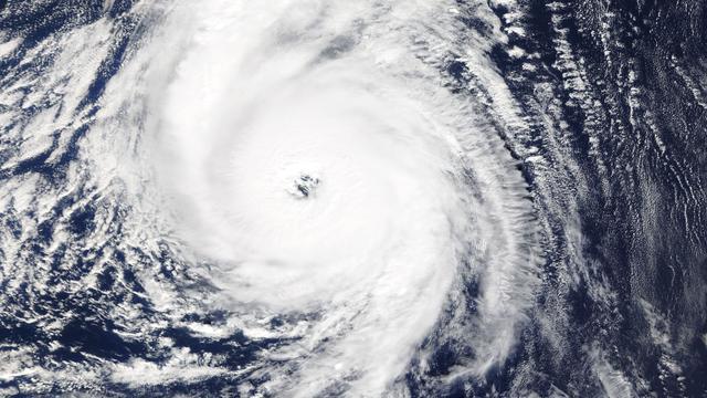 media.nu.nl/m/16lxhoma43bk_wd640.jpg/orkaan-ophelia-zwelt-en-zet-koers-richting-ierland.jpg