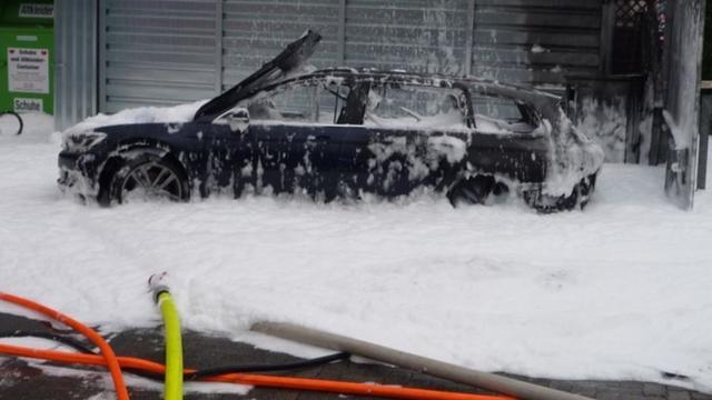 Auto brandt uit nadat Duitse vrouw benzine uit dieselauto stofzuigt