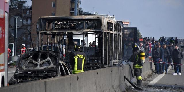 Man steekt in Italië gekaapte schoolbus met daarin 51 kinderen in brand