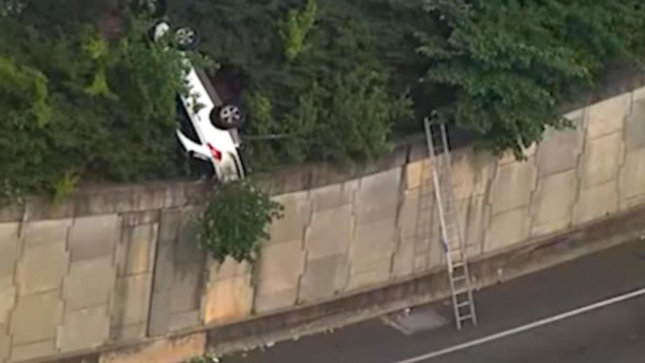 Achtervolgde auto balanceert op muur boven weg in Atlanta