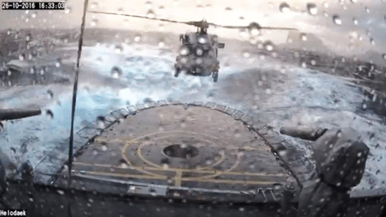 Helikopter Deens leger landt in heftige storm op fregat