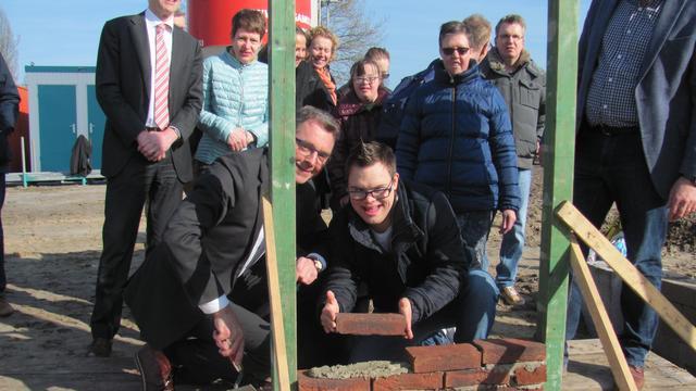 Wethouder Johan de Beer legt eerste steen nieuw dagcentrum Amarant