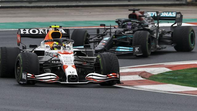 Sergio Pérez en Lewis Hamilton waren op Istanbul Park rondes lang met elkaar in gevecht.