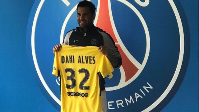 Dani Alves tekent voor twee jaar bij Paris Saint-Germain