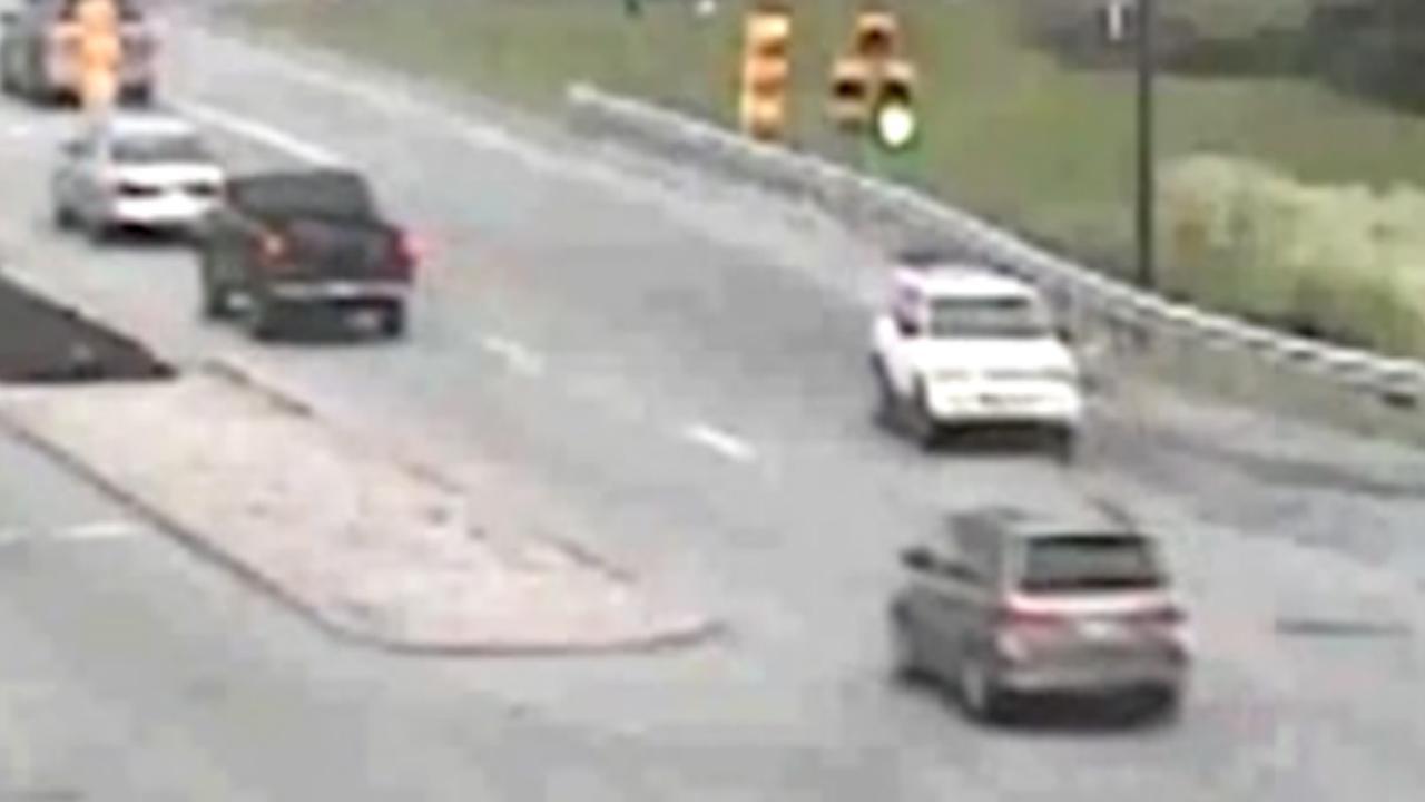 Amerikaan verlaat achteruit snelweg en rijdt honderden meters door