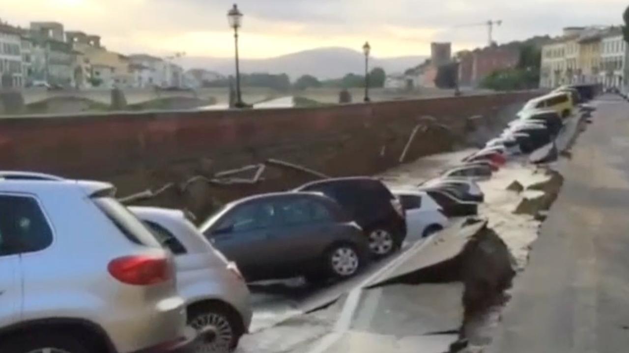 Tientallen auto's vallen in scheur in weg in Italië
