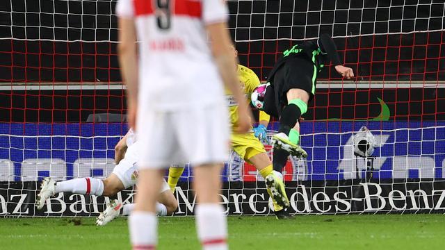 Wout Weghorst kopt al vallend de 0-2 binnen tegen VfB Stuttgart.