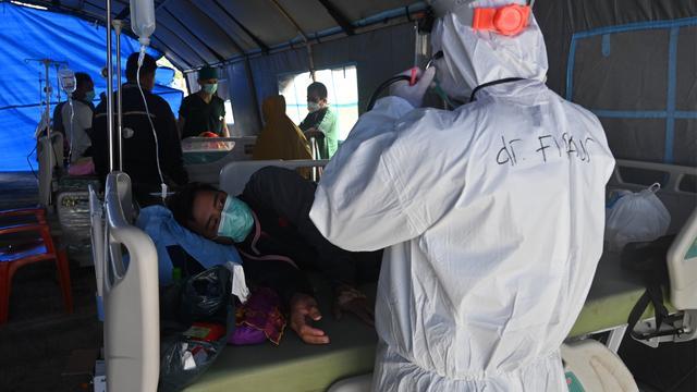 Doordat verschillende ziekenhuizen zijn ingestort of beschadigd, moeten dokters improviseren en slachtoffers behandelen in opgezette tenten.