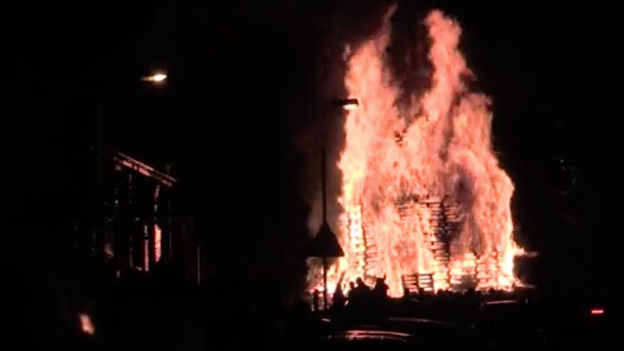 Illegaal vreugdevuur Belfast toch aangestoken na rellen