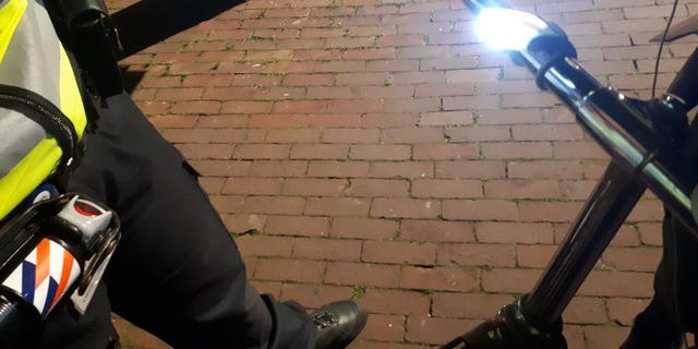 Amsterdamse politie beboet 68 fietsers voor rijden zonder verlichting