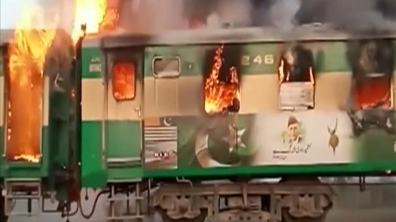Trein in Pakistan gaat op in vlammenzee