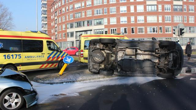 Auto op kant na botsing in Leiderdorp