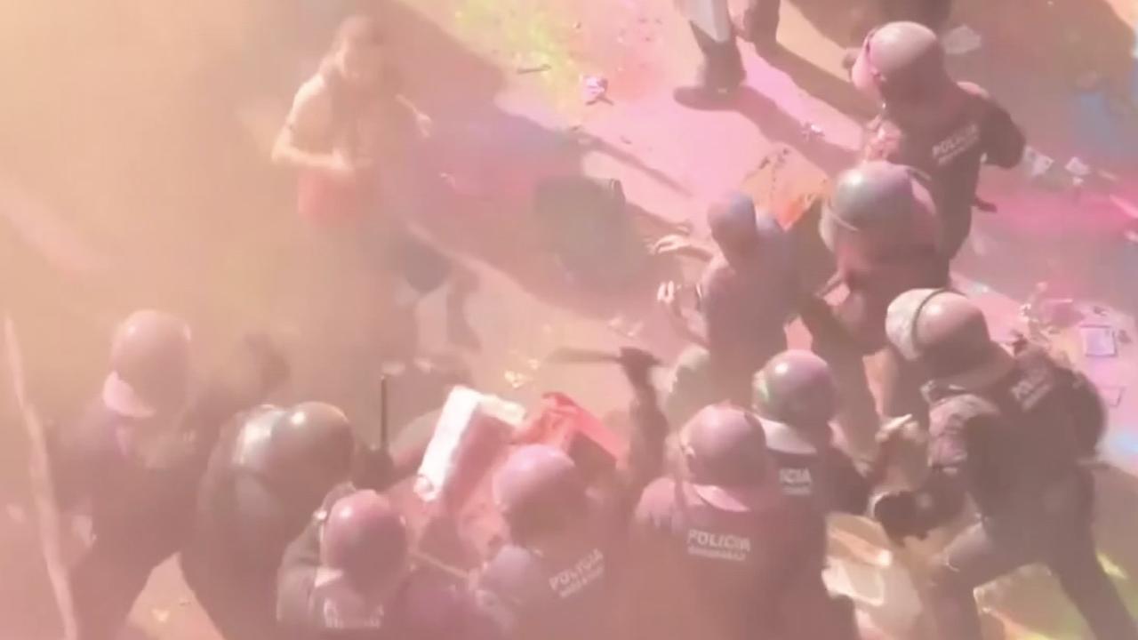 Rellen na betoging met kleurpoeder in Barcelona