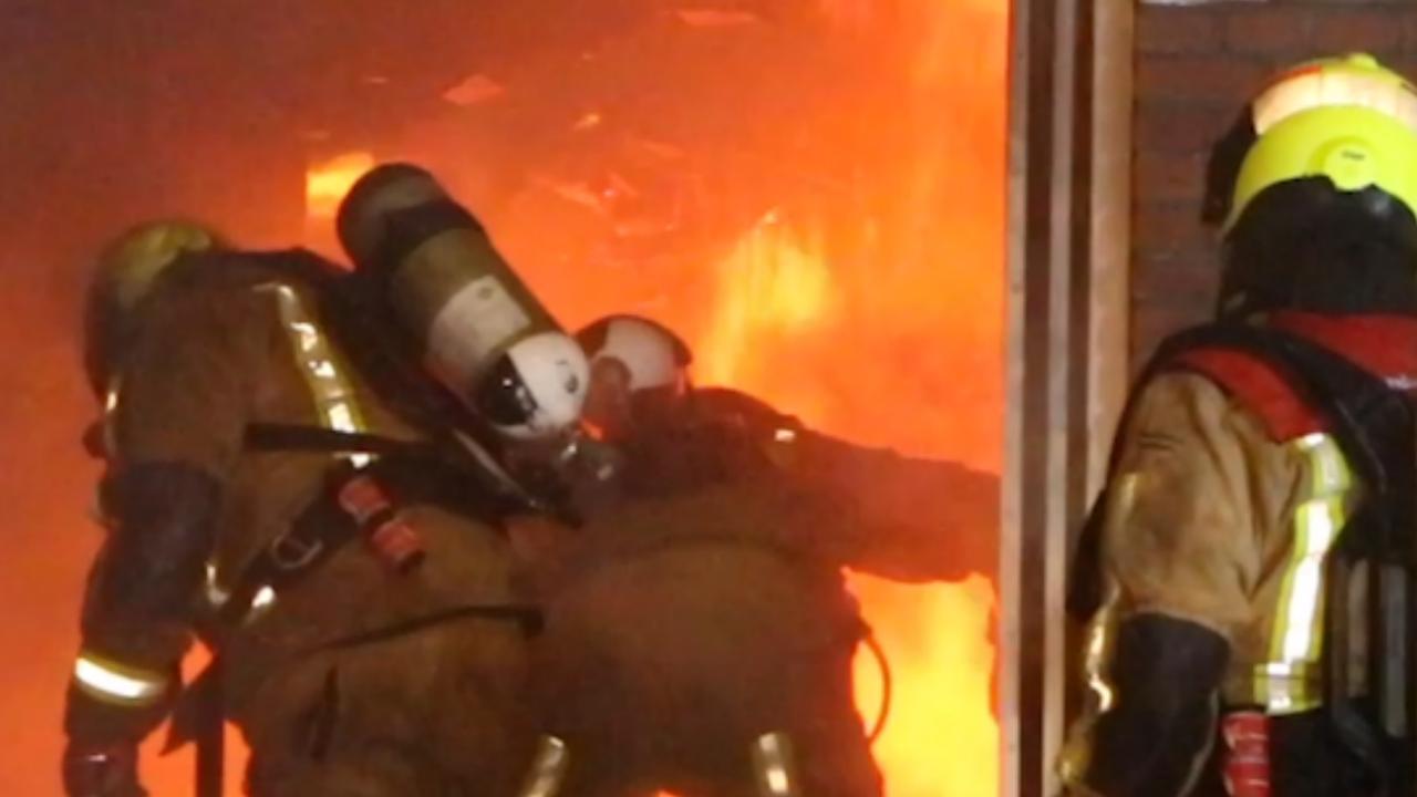 Brandweer blust grote brand in meubelzaak Den Haag