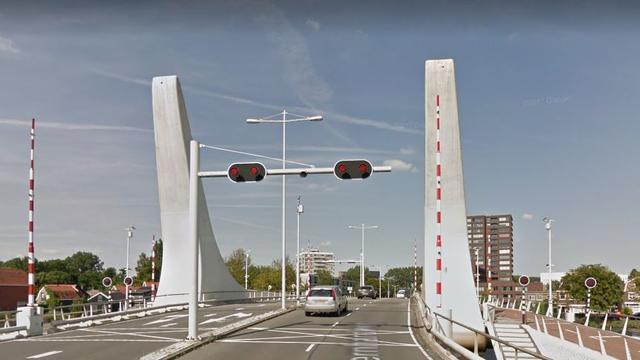 Twee zwaargewonden na incident met brug in Zaandam