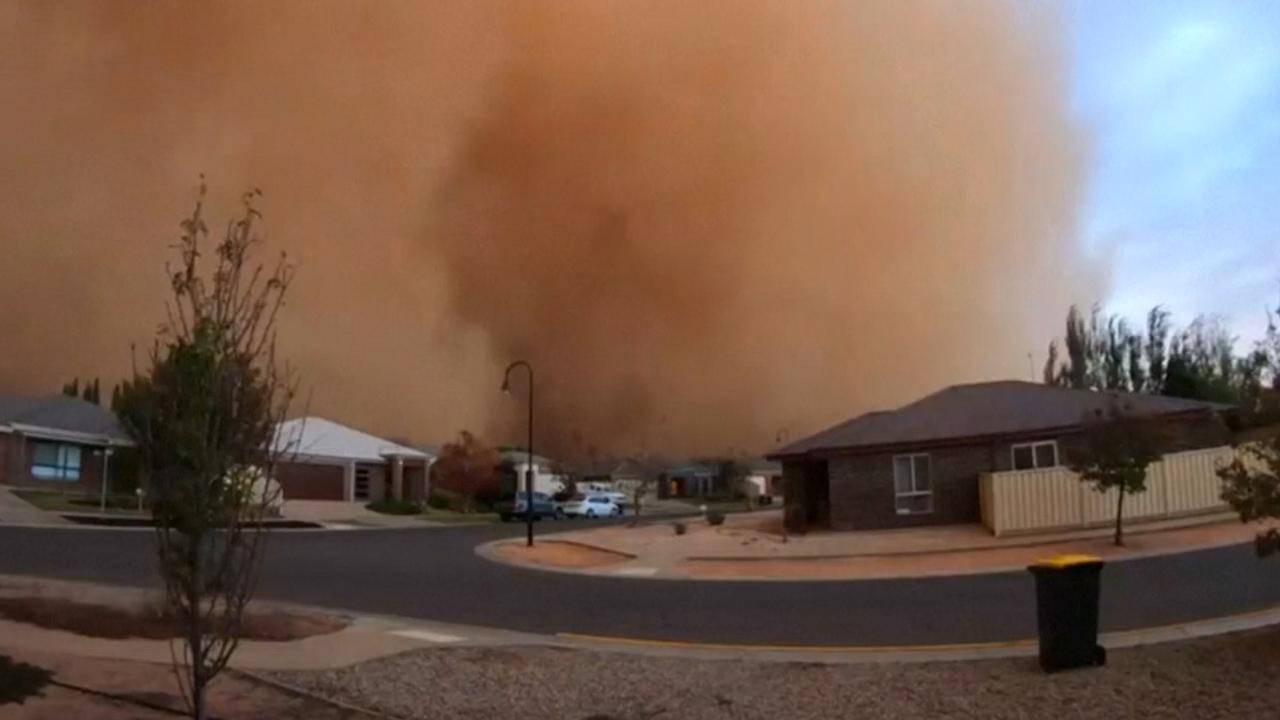 Stofstorm hult Australische woonwijk in duisternis