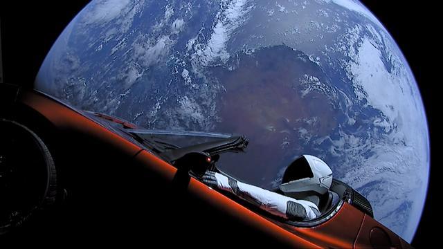 Auto vliegt dicht langs Mars