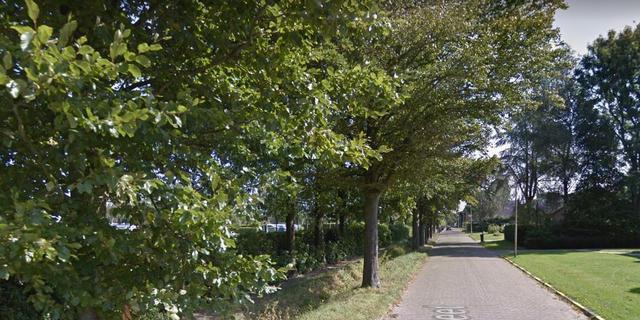 Automobilist rijdt sloot in bij Wouw, bestuurder naar ziekenhuis