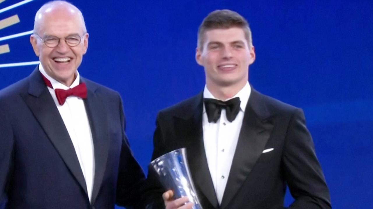Max Verstappen neemt prijzen in ontvangst tijdens FIA-gala