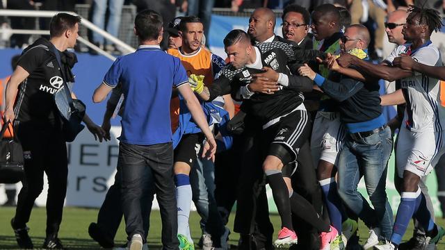 Bastia tegen Lyon gestaakt na aanval supporters op spelers
