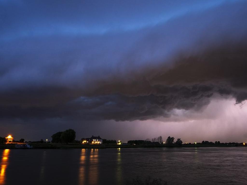 Overlast en schade door noodweer in heel Nederland, treinverkeer nog gehinderd