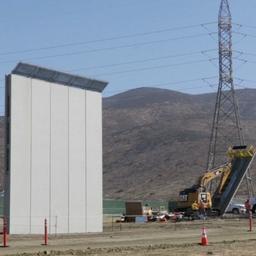 Video: Bouwbedrijven testen grensmuren in San Diego voor regering Trump