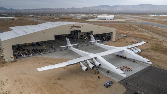 De Scaled Composites Model 351 Stratolaunch bij de hangar waar hij is gebouwd.