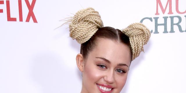 Miley Cyrus stemt vanuit auto