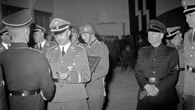 1944: SS-leider Heinrich Himmler reikt medailles uit op landgoed Avegoor. Rechts NSB-leider Anton Mussert.