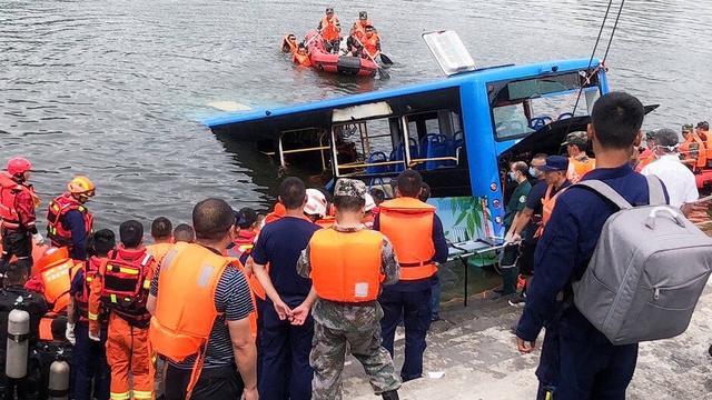 Chinese bus rijdt water in, zeker 21 passagiers overleden