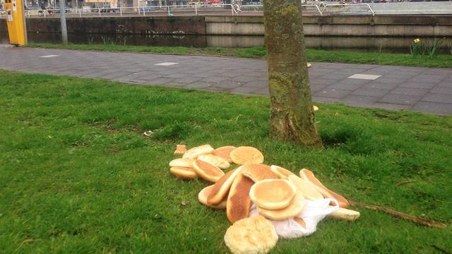 Gemeente gaat handhaven bij dagelijkse brooddumping langs Leidseweg