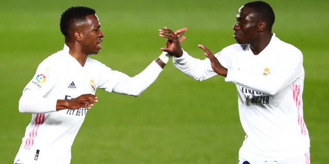 Vinícius redt in jubileumduel op de valreep punt voor Real Madrid