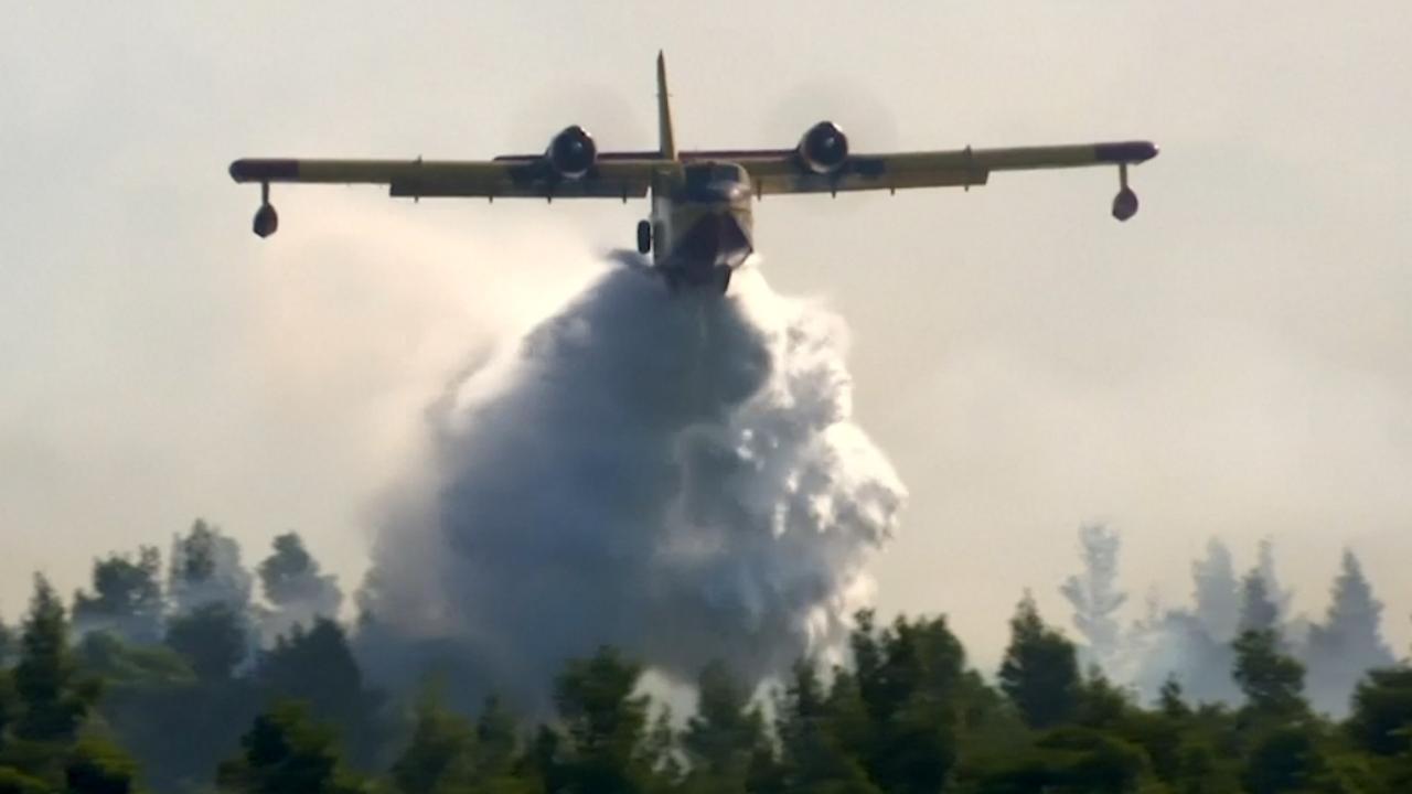 Blusvliegtuigen bestrijden grote natuurbrand op Grieks eiland