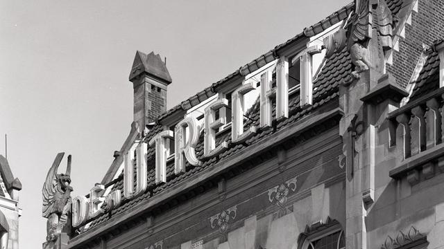 Draken van historisch gebouw komen boven ingang Hoog Catharijne