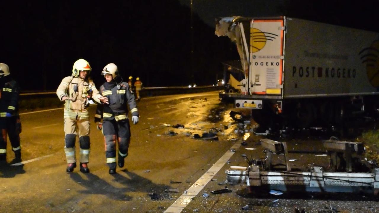 Botsing tussen vrachtwagens veroorzaakt ravage op A20