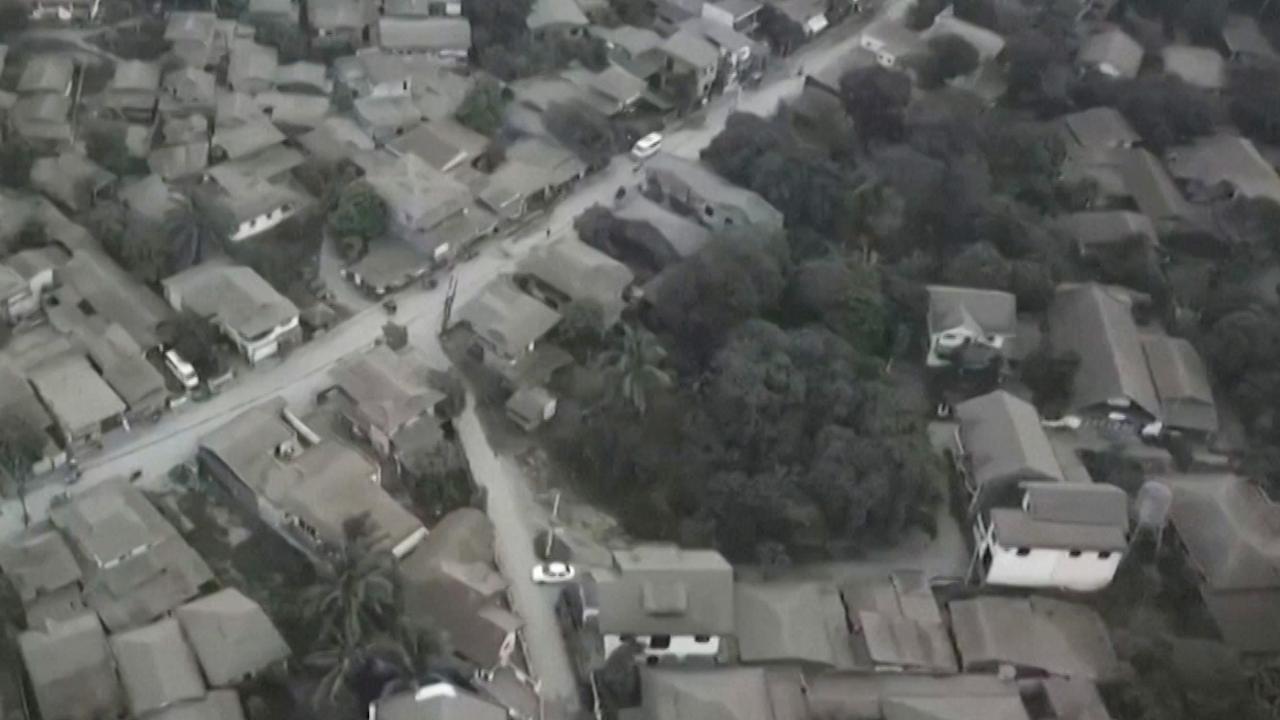 Filipijns dorp onder dikke laag as bedekt na vulkaanuitbarsting