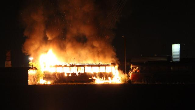 Oude tram volledig uitgebrand op NDSM-plein in Noord
