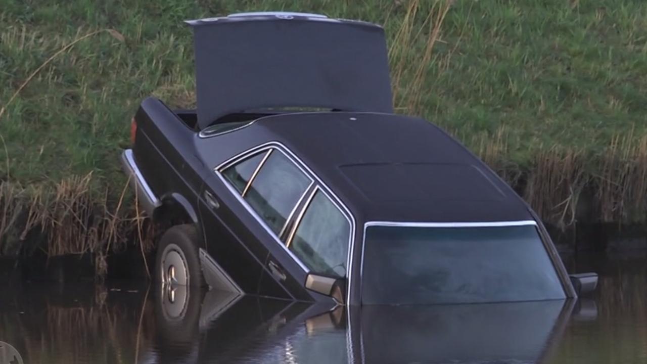 Politie onderzoekt dode man in kofferbak van auto in water bij Coevorden