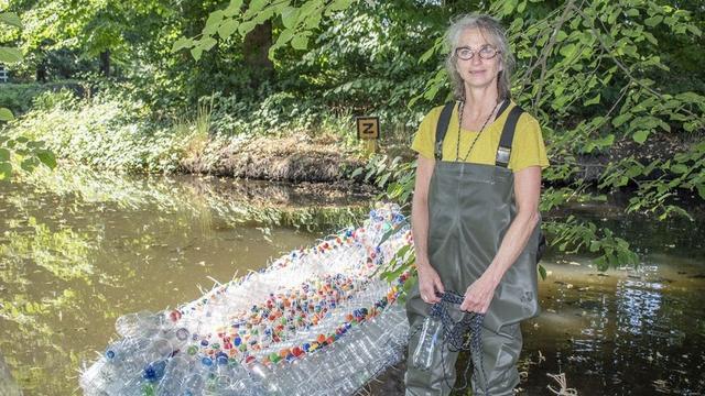 Plastic kano dobbert door Zuilen om aandacht te vragen voor afval