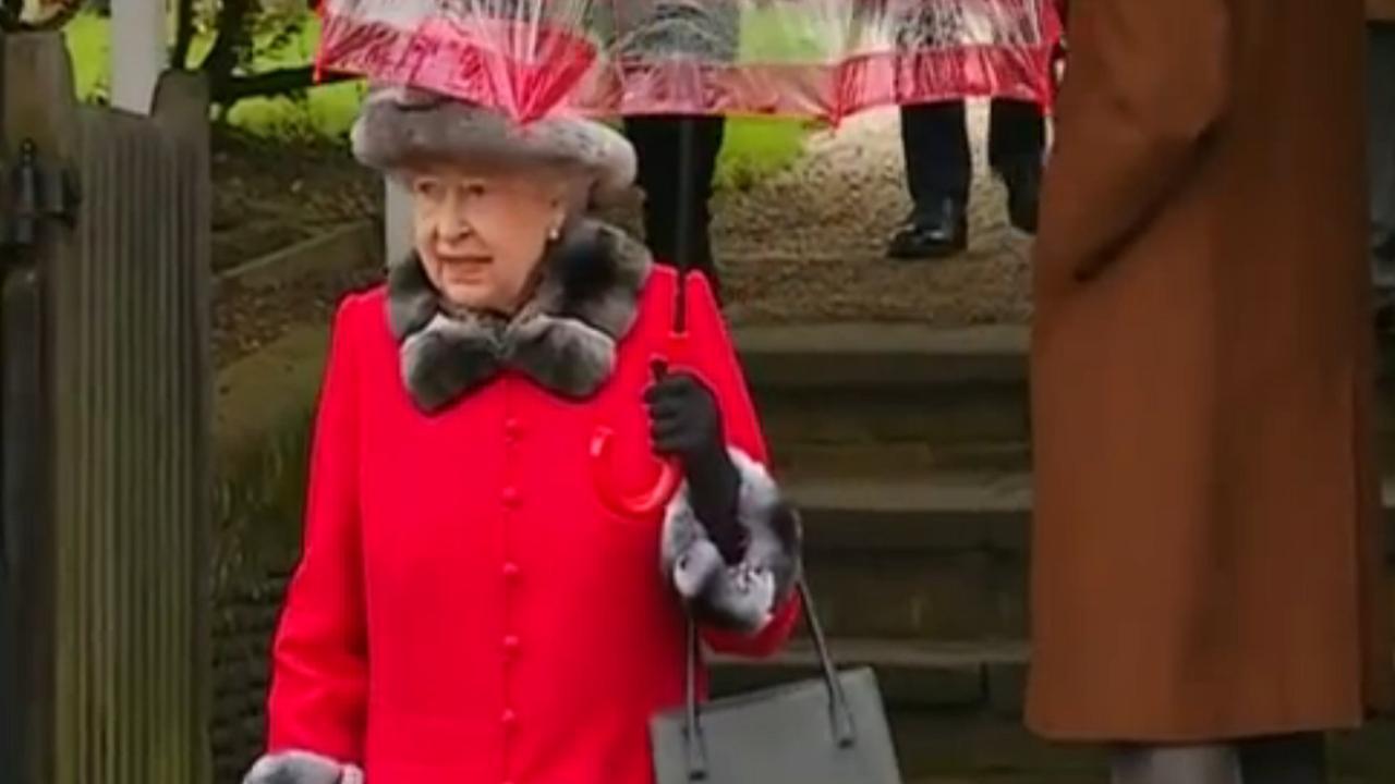 Koningin Elizabeth draagt bontjas op eerste kerstdag